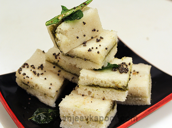How to make white dhokla sandwich recipe by masterchef sanjeev kapoor white dhokla sandwich forumfinder Choice Image